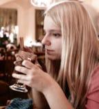 Meisje en hete chocolade Stock Foto's