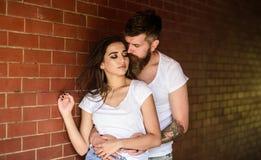 Meisje en hipster romantische gevoelsrelaties Het paar vindt plaats om van gevoel te genieten Het paar geniet intimiteit van gekn royalty-vrije stock afbeelding