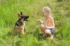 Meisje en Hond Stock Afbeeldingen