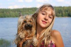 Meisje en hond stock fotografie