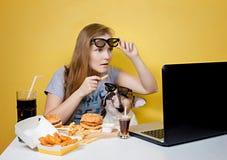 Meisje en hond die snel voedsel eten Royalty-vrije Stock Foto