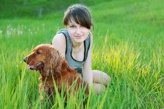 Meisje en hond openlucht Stock Foto