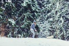 Meisje en hond opleiding in het de winterpark stock afbeeldingen