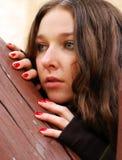 Meisje en houten delen stock fotografie