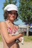 Meisje en huisdierenkatje Royalty-vrije Stock Afbeelding