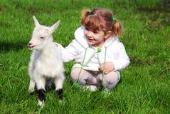 Meisje en jong geitje Royalty-vrije Stock Fotografie