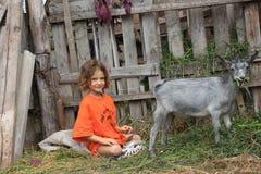 Meisje en jong geitje Stock Fotografie