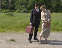 Meisje en jonge mens met een zak Stock Afbeeldingen