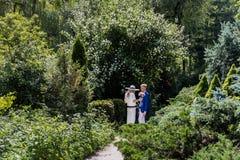 Meisje en jonge mens op een datum in een de zomerpark stock afbeeldingen