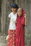 Meisje en jonge monnik Stock Foto's