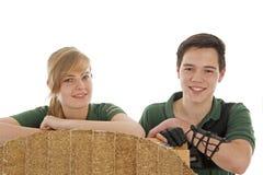 Meisje en jongen achter boogschietendoel Stock Fotografie