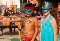 Meisje en jongen in Carnaval-kostuums  Royalty-vrije Stock Foto's
