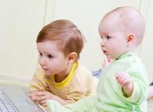 Meisje en jongen die laptops met behulp van. stock afbeelding