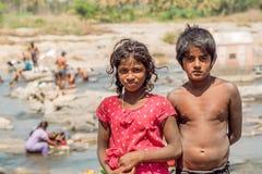 Meisje en jongen die pret openlucht in Indisch dorp op 18 Februari, 2017 hebben Mysore van Karnataka heeft een bevolking van 900. Royalty-vrije Stock Foto