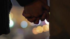 Meisje en jongen die zich dicht met met elkaar verbonden vingers, eerste datum, ware liefde bevinden stock videobeelden