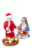 Meisje en jongen in Kerstmiskleren met speelgoed royalty-vrije stock foto's