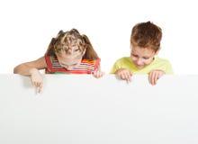 Meisje en jongen met een witte spatie royalty-vrije stock fotografie