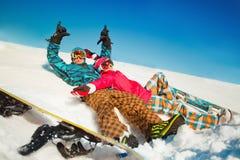 Meisje en jongen met snowboards op de sneeuw Stock Foto's
