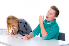 Meisje en jongen samen in het klaslokaal stock foto's