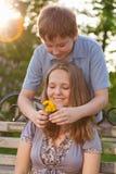 Twee teenages in openlucht Stock Foto