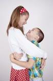Meisje en jongens het omhelzen Stock Foto's