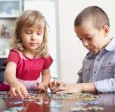 Meisje en jongens het spelen raadsels royalty-vrije stock afbeelding
