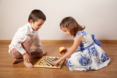 Meisje en jongens het spelen schaak stock foto