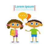 Meisje en Jongens Sprekende Greepstapel Boeken die Hobby lezen stock illustratie