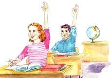Meisje en jongenszitting bij bureaus terwijl les in klaslokaal Royalty-vrije Stock Afbeelding
