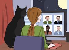 Meisje en kat die op online daterende plaats letten stock foto's