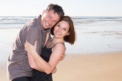 Meisje en Kaukasische vriend die en pret in zonnige tropische bestemming voor reisvakantie spelen hebben stock foto's