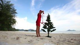 Meisje en Kerstboom stock footage