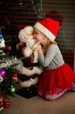 Meisje en Kerstmanstuk speelgoed Stock Afbeeldingen