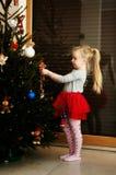 Meisje en Kerstmisboom Stock Afbeeldingen
