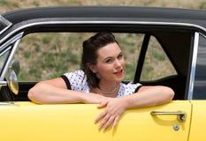 Meisje en klassieke auto Stock Afbeelding