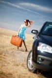 Meisje en koffer stock foto