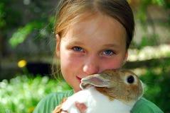 Meisje en konijntje stock foto's
