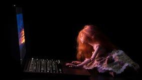 Meisje en laptop royalty-vrije stock afbeeldingen