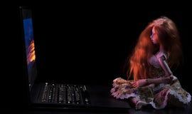 Meisje en laptop stock afbeeldingen