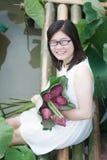 Meisje en lotusbloem Stock Afbeeldingen