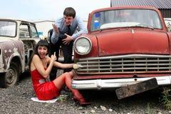 Meisje en mens bij retro auto Royalty-vrije Stock Foto's
