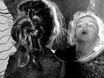 Meisje en mirrow stock afbeelding