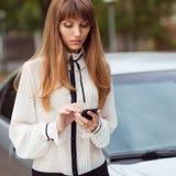 Meisje en mobilofoon Stock Foto