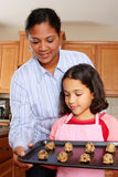 Meisje en Moeder met Koekjes Stock Afbeeldingen