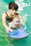 Meisje en mothe in zwembad Stock Afbeeldingen