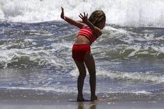 Meisje en oceaan Stock Afbeeldingen