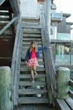 Meisje en oude houten treden stock afbeeldingen