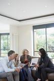 Meisje en Ouders met Landgoedagent At New Property Royalty-vrije Stock Foto