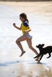 Meisje en poedel die bij strand lopen Royalty-vrije Stock Fotografie