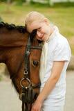 Meisje en poney stock afbeelding